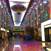 Die Royal Promenade auf der Navigator of the Seas
